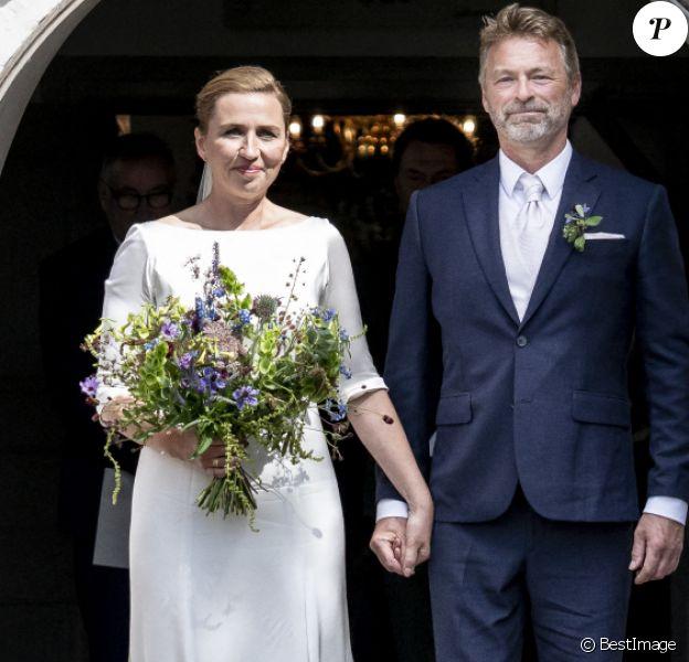 La Première ministre danoise Mette Frederiksen a finalement épousé son compagnon de plusieurs années, Bo Tengberg, après plusieurs reports, le mercredi 15 juillet 2020 à Magleby. Les jeunes mariés quittent l'église après la cérémonie de mariage.