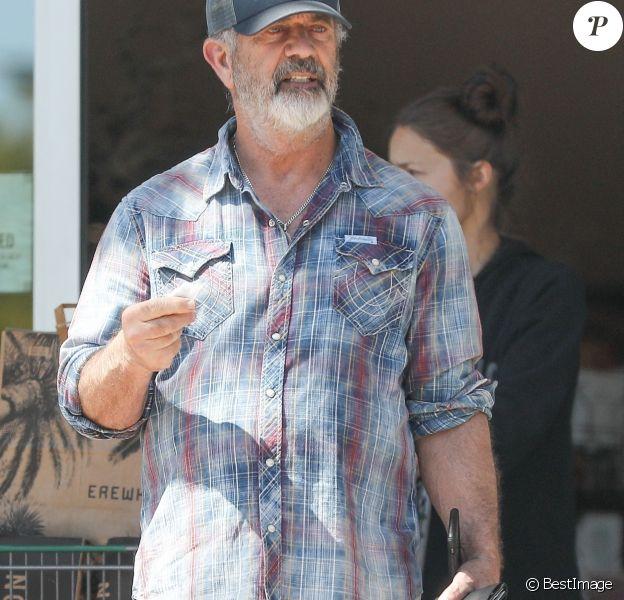 """Exclusif - Mel Gibson prend soin de se désinfecter les mains après avoir fait ses courses chez """"Erewhon"""" avec sa compagne Rosalind Ross, pendant l'épidémie de coronavirus (Covid-19) à Los Angeles, le 30 mars 2020."""