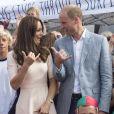 Le duc et la duchesse de Cambridge font le signe de Shaka, comme de vrais riders. Kate Middleton et le prince William ont achevé leur journée d'activités publiques en Cornouailles, le 1er septembre 2016, sur la plage Towan, à Newquay, à l'occasion d'une session d'initiation au surf organisée par l'association Wave Project.
