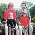 La princesse Diana, le prince Charles et leurs enfants William et Harry en vacances sur l'île de Tresco, aux îles Scilly, en 1989.