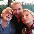 Tony Gomez pose avec Véronique Sanson et son compagnon Christian, à Paris, le 2 août 2020.