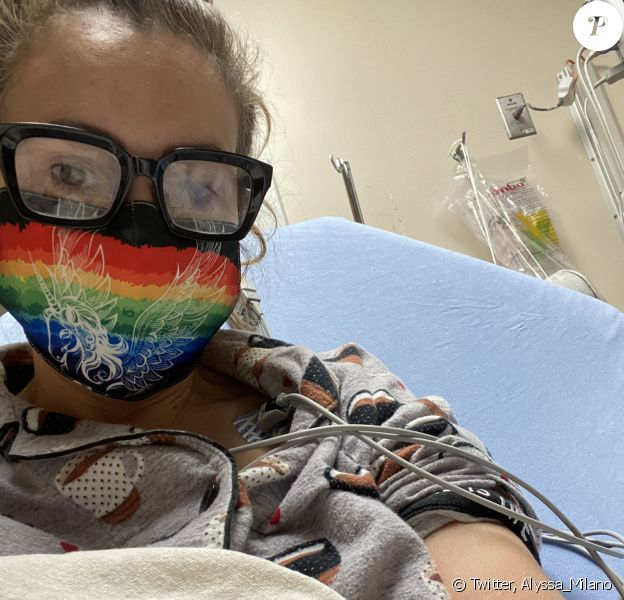Alyssa Milano a partagé cette photo d'elle à l'hôpital, sur Twitter, le 9 août 2020. Elle souffre du Covid-19 depuis avril 2020.