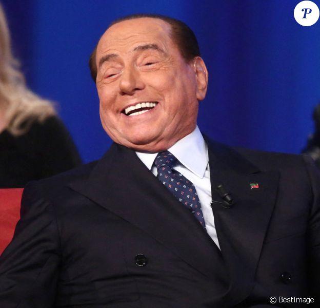 """Silvio Berlusconi - Albano chante pour Silvio Berlusconi sur le plateau de l'émission de télévision """"Maurizio Costanzo Show"""" à Rome. @SGP / BESTIMAGE"""