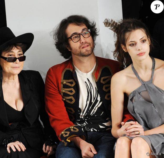 Sean Lennon, Charlotte Kemp Muhl et Yoko Ono très attentifs le 18/09/09 lors d'un défilé de la Fashion Week londonienne.