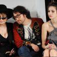 Sean Lennon, Charlotte K  e  mp Muhl et Yoko Ono très attentifs le 18/09/09 lors d'un défilé de la Fashion Week londonienne.