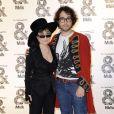 Sean Lennon et sa maman Yoko Ono le 18/09/09 lors d'un défilé de la Fashion Week londonienne.