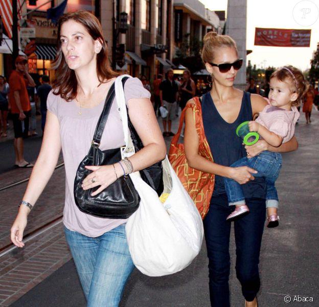 Jessica Alba en séance shopping avec sa fille Honor à Hollywood le 18 septembre 2009