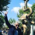 Marilou Berry a partagé cette photo de son papa Philippe, devant son oeuvre L'équilibre des éléphants, sur Instagram. Septembre 2020.