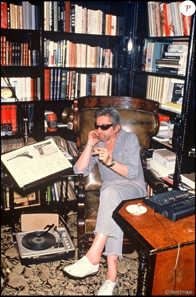 Serge Gainsbourg chez lui à Paris, rue de Verneuil, en 1989.
