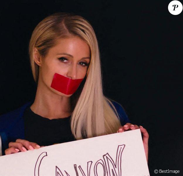 """Le documentaire YouTube Originals d'une heure et demie, """"This Is Paris"""" reprend tout sur Paris Hilton, de ses vrais sentiments sur le scandale des sex tape aux abus présumés dans les internats. Même la propre mère de Paris, Kathy Hilton, n'était pas au courant avant le tournage du documentaire."""