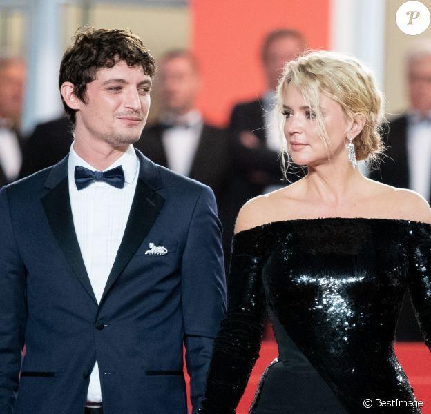 """Niels Schneider et sa compagne Virginie Efira - Descente des marches du film """"Sibyl"""" lors du 72ème Festival International du Film de Cannes. Le 24 mai 2019 © Borde / Bestimage"""