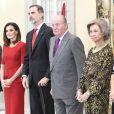 Le roi Felipe VI d'Espagne et son père le roi Juan Carlos Ier, avec la reine Letizia et la reine Sofia, le 10 janvier 2019 lors de la cérémonie des Prix nationaux du sport espagnol au palais du Pardo à Madrid.