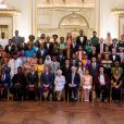 "La reine Elisabeth II, le prince Harry, David Beckham et sir John Major avec les 60 gagnants des ""Queen's Young Leaders Awards"" à Bucckingham Palace. (premier rang de gauche à droite) David Morfaw (Cameroun), Asante Mzungu (Malawi), Olumide Femi Makanjuola (Nigeria), David Beckham, prince Harry, la reine Elisabeth II, sir John Major, Annabelle Xerri (Malte), Jacob Thomas (Australie), Seini Fisi'ihoi (Papouasie-Nouvelle-Guinée), Kartik Sawhney (Inde). (deuxième rang) Kelly Lovell (Canada), Moitshepi Matsheng (Botswana), Rachel Nungu (Tanzanie), Matetsabisa Molapo (Lesotho), Olanrewaju Adeloye (Nigeria), Jessica Dewhurst (Afrique du Sud), Deidra Smith (Belize), Trevis Belle (Saint-Christophe-et-Niévès), Calvin Woo Yoong Shen (Malaysie), Katerina Gavrielidou (Chypre), Alexander Stonyer-Dubinovsky (Australie), Valentino Wichman (Nouvelle-Zélande), Easter Tekafa Niko (Tuvalu), Safaath Ahmed Zahir (Maldives), Mary Siro (Vanuatu). (troisième rang) Christina Giwe (Papouasie-Nouvelle-Guinée), Susan Mueni Waita (Kenya), Imrana Alhaji Buba (Nigeria), Lethabo Ashleigh Letube (Afrique du Sud), Firhaana Bulbulia (Barbade), Tijani Christian (Jamaique), Neha Swain (Inde), Nushelle de Silva (Sri Lanka), Ella Mckenzie (Angleterre), Brad Olsen (Nouvelle-Zélande), Aiona Prescott (Tonga). (quatrième rang) Akzima Elisha Bano (Fidji), Peris Bosire (Kenya), Drucila Meireles (Mozambique), Howard Nelson-Williams (Sierra Leone), Shamelle Rice (Barbade), Ali Dowden (Grenade), Osama Bin Noor (Bangladesh), Mark Jin Quan Cheng (Singapour), Ashleigh Porter-Exley (Angleterre), Unique Harris (Nauru). (cinquième rang) Anayah Phares (Canada), Alex Mativo (Kenya), Deegesh Maywah (Ile Maurice), Angelique Pouponneau (Seychelles), Regis Burton (Antigua-et-Barbuda), Tina Alfred (Dominique), Dillon Ollivierre (Saint-Vincent-et-les-Grenadines), Zainab Bibi (Pakistan), Adam Bradford, (Angleterre), Tabotabo Auatabu (Kiribati), Nolan Salmon Parairua (Iles Salomon). (dernier rang) Oladipupo Ajiroba (Nigeria), Pa"