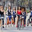 Exclusif - Sylvie Tellier, Alicia Ayles (Miss France 2017), Héloïse Urtizbéréa (Miss Saint-Pierre-et-Miquelon 2017), Alizée Rieu (Miss Languedoc-Roussillon 2017), Vanylle Emasse (Miss Mayotte 2017), Ruth Brique (Miss Guyane 2017) et Cloé Cirelli (Miss Lorraine 2017) - Les trente prétendantes au titre de Miss France 2018 font du rollerblade et du vélo dans le quartier de Venice à Los Angeles, Californie, Etats-Unis, le 28 novembre 2017.