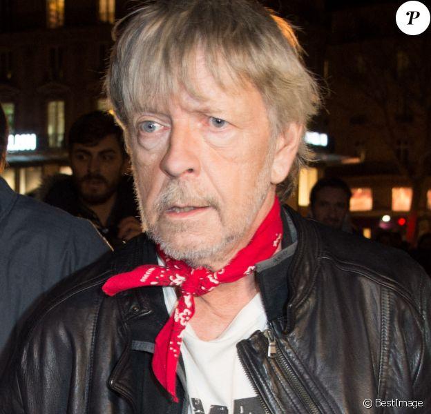 Le chanteur Renaud (Renaud Séchan) participe à un rassemblement spontané en hommage aux victimes des attentats de Charlie Hebdo Place de la République, à Paris.
