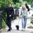 Michael C. Hall et sa femme Morgan Macgregor promènent leur chien dans le quartier de West Village à New York, le 23 mai 2017.