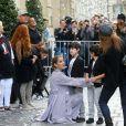 Céline Dion et ses jumeaux, Eddy et Nelson, ont reçu une pluie de confettis avant de monter dans leur voiture à la sortie de l'hôtel Royal Monceau, à Paris, France, le 10 août 2017.