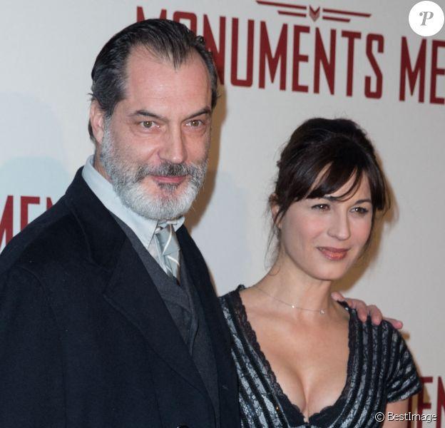 """Samuel Labarthe et sa femme Helene Medigue (robe Christophe Guillarmé) - Première du film """"Monuments Men"""" à l'UGC Normandie à Paris."""