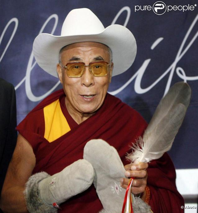 Le Dalaï Lama se la joue Cow-boy à Calgary, au Canada. 30/09/09