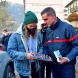 """Exclusif - Le chanteur Julien Doré à la rencontre des sinistrés avec des bénévoles du Secours populaire dans la Vésubie suite au passage de la tempête Alex, à Saint-Martin-Vésubie, France, le 21 novembre 2020. Une vingtaine de célébrités ont lancé une tombola en ligne (karmadon.org) pour venir en aide à ceux qui sont dans le besoin, j'usqu'ici, ce sont 200 000 € qui ont été collectés, au profit du Secours populaire afin de venir en aide aux habitants des Alpes Maritimes qui ont été gravement touchés par la tempête Alex le 3 octobre dernier. Le chanteur et les bénévoles du Secours populaire ont échangé avec le maire de Saint-Martin-Vésubie. C'est à Saint-Martin-Vésubie où enfant Julien Doré passait ses vacances dans le chalet de sa grand-mère. Il y a composé et enregistré les chansons de son album """"&"""" (Esperluette). © Bruno Bebert/Bestimage"""