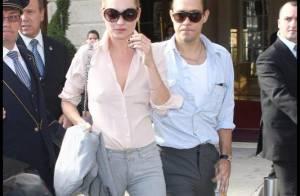 Kate Moss, toujours aussi sexy à Paris avec son chéri...  très accro à sa bière !
