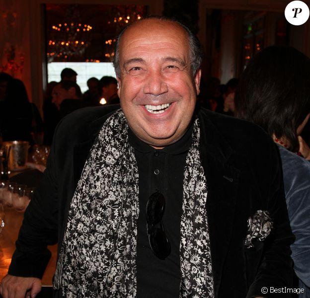 Max Chaoul pose pour le 6eme prix d'art contemporain a l'hotel Meurice a Paris