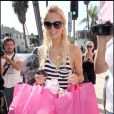 Paris et Nicky Hilton commencent leur shopping d'Halloween afin de trouver leurs déguisements chez Trashy Lingerie le 6 octobre 2009 à Los Angeles