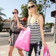 Paris et Nicky Hilton font leur shopping chez Trashy lingerie à Los Angeles afin de trouver leur déguisement d'Halloween le 6 octobre 2009