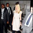 Claudia Schiffer au défilé YSL sait parfaitement assortir la robe crème à ses collants opaques. On adore.
