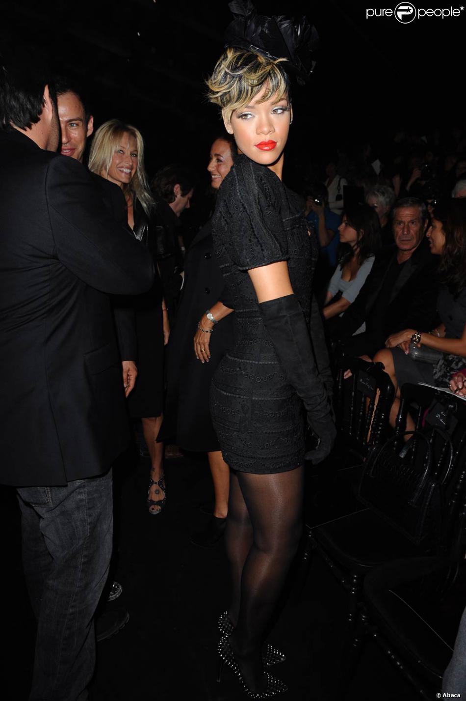 Rihanna au défilé Christian Dior, sobre et classe en total look noir. On  adore. 9dac0e887f31