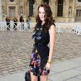 Leighton Meester au défilé Louis Vuitton avec un look écolière-banchée qui lui va à ravir ! Mention spéciale pour les socquettes.