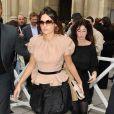 Une allure chic et très mode pour Virginie Ledoyen au défilé Louis Vuitton avec une jupe boule noire et un top Nude, pile dans la tendance