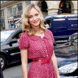 Nora Arnezeder au défilé Vuitton dans un look frais et rétro. Il fallait oser !
