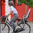 """Exclusif - Pippa Middleton, tout sourire, reprend son vélo après avoir déjeuné avec une amie au restaurant """"The Ivy"""" à Londres, le 13 août 2020."""