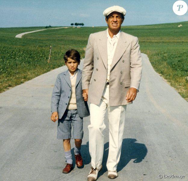 """Archives - Rachid Ferrache et Jean-Paul Belmondo sur le tournage du film """"L'As des as""""."""