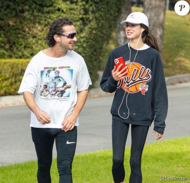Shia LaBeouf et sa nouvelle compagne Margaret Qualley font un jogging à Pasadena le 23 décembre 2020.