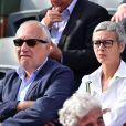 François Berléand et sa compagne Alexia Strési - People dans les tribunes des Internationaux de France de tennis de Roland Garros à Paris. Le 1er juin 2015.