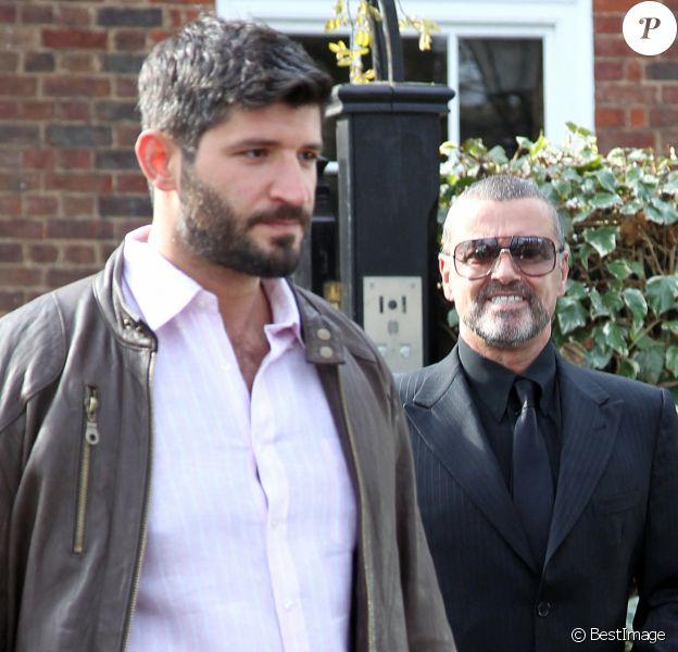 George Michael quitte son domicile avec son petit-ami Fadi Fawaz à Londres.