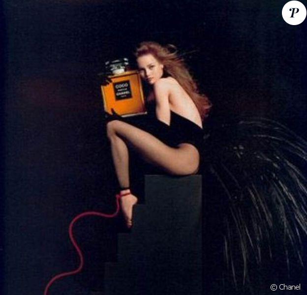 Vanessa Paradis se transforme en oiseau somptueux pour Chanel