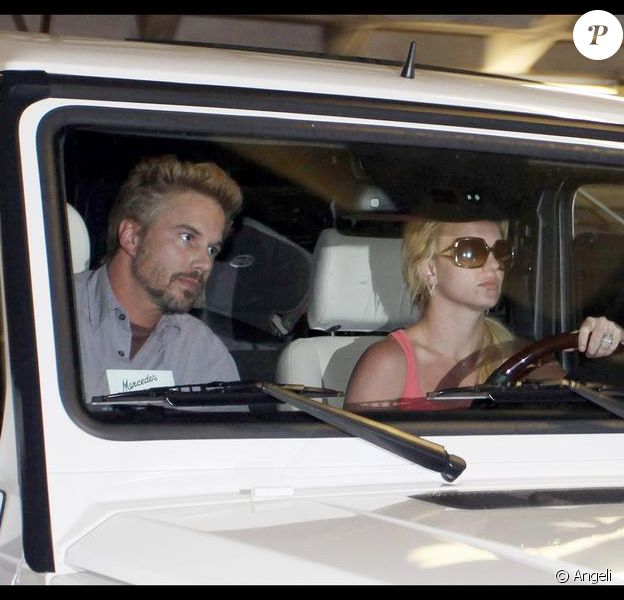 Britney Spears au volant de son 4x4Mercedes G500 accompagnée de son boyfriend Jason Trawick à Los Angeles le 15 octobre 2009