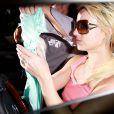 Britney Spears essaie de se cacher des photographes lors de sa promenade en Mercedes dans les rues de Beverly Hills le 15 octobre 2009