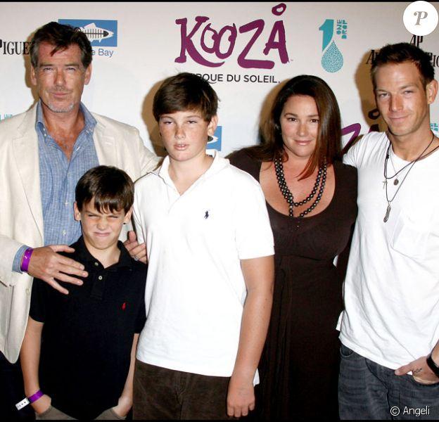 Pierce Brosnan, sa femme Keely, leurs fils Paris et Dylan ainsi que son fils Sean issu de son premier mariage, pour l'inauguration du spectacle Kooza du Cirque du soleil au profit de l'association One Drop à Santa Monica le 16 octobre 2009