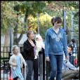 Jennifer Garner avec sa fille Violet (la petite Seraphina est derrière) dans un parc de Boston le 11 octobre 2009