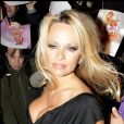 """Pamela Anderson arrive à la première du film """"The Commuter"""" à Londres."""