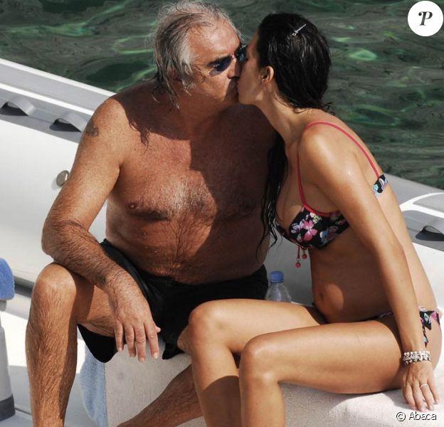 Flavio Briatore et sa très belle Elisabetta Gregoraci enceinte, se la coulent douce et s'embrassent sur leur yacht, au large de Ponza, en Italie, le 20 septembre 2009 !
