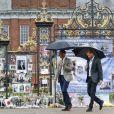Le prince William, duc de Cambridge et le prince Harry lors d'une promenade dans les jardins du palais de Kensington pour saluer la mémoire de Lady Diana à Londres le 30 août 2017.