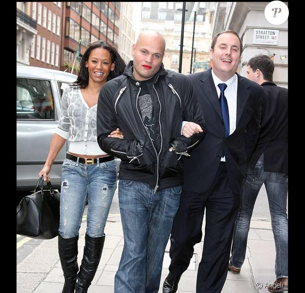 Stephen Belafonte - maquillé - et Mel B sortent de leur hôtel de Londres le 18 octobre 2009