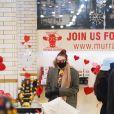 Gigi Hadid fait du shopping avec sa fille Khai Hadid Malik dans le West Village de New York le 15 janvier 2021. Le mannequin de 25 ans poussait une poussette Bugaboo Lynx et portait une écharpe, un blazer à carreaux avec de larges épaulettes, un jean déchiré et des bottes en cuir marron.