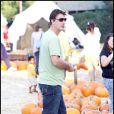 Chris Noth, sa compagne Tara Wilson et leur fils Orion chez Mr Bones Pumpkin Patch le 25 octbore 20009 à Los Angeles.