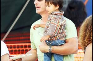 Chris Noth alias Mr. Big part lui aussi à la chasse aux citrouilles avec... son adorable bébé et sa chérie !